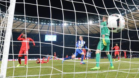 Der Ball schlägt hinter Eintracht-Keeper Hradecky im Tor ein