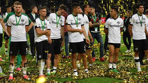 Geschlagene Helden: Die Spieler der Eintracht verfolgen die Pokalfeierlichkeiten des BVB.