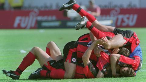 Ein Knäuel Frankfurter Spieler jubelt nach dem 5:1-Sieg der Eintracht gegen den 1. FC Kaiserslautern am 29.05.1999 im Frankfurter Waldstadion.