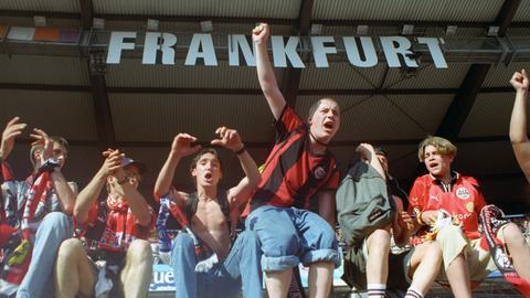 Fans von Eintracht Frankfurt während des Spiels gegen Kaiserslautern im Jahr 1999