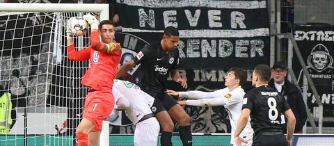 Koen Casteels fängt den Ball vor Sébastien Haller ab - die Eintracht hatte es schwer im Heimspiel gegen Wolfsburg.