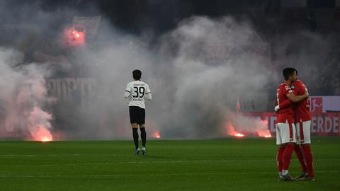 Pyro-Einsatz der Frankfurter Fans in Mainz