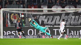 Leipzigs Peter Gulacsi streckt sich nach dem Ball