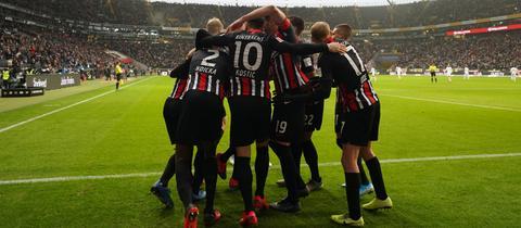 Frankfurter Jubeltraube. Die Eintracht gewann am Samstag ihr Heimspiel gegen Leipzig.
