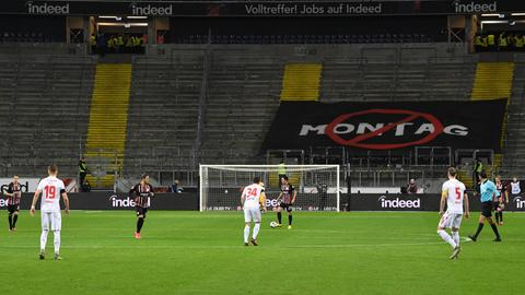 Fußball vor leeren Tribünen: kein schönes Bild.