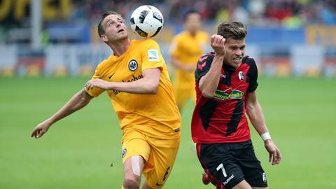 Frankfurts Oczipka kämpft mit Freiburgs Niederlechner um den Ball