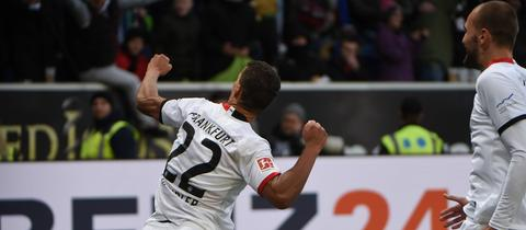 Befreiungsschlag für die Eintracht: Timothy Chandler und Bas Dost bejubeln den Siegtreffer in Hoffenheim.