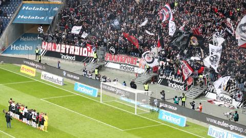 Die Eintracht-Profis feiern mit ihren Fans.