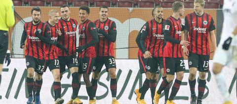 Eintracht Frankfurt freut sich über den Sieg gegen den FC Augsburg.
