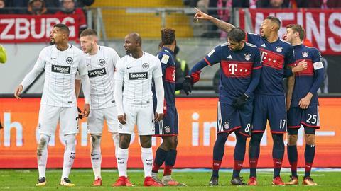 Eintracht und der FC Bayern stellen eine Mauer