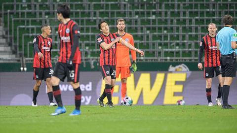 Frustrierte Spieler von Eintracht Frankfurt nach dem Spiel gegen Werder Bremen