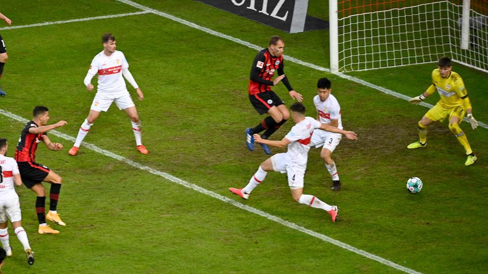Aus dem Gewühl trifft Andre Silva zum zwischenzeitlichen 1:2 aus Frankfurter Sicht.