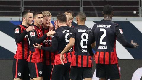 Eintracht Frankfurt freut sich über ein Tor gegen Augsburg