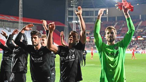 Frankfurts Spieler jubeln mit den Fans.