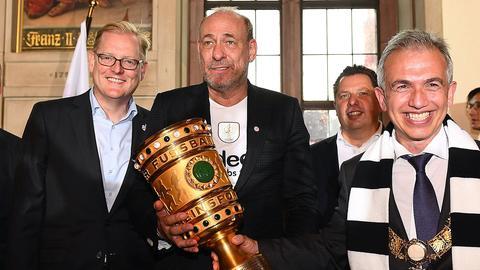 Markus Frank, Peter Fischer und Peter Feldmann mit dem DFB-Pokal