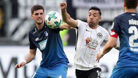 Marco Fabian im Duell mit Augsburgs Grillitsch