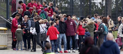 Eintracht-Sportdirektor Bruno Hübner mit Fans