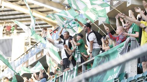 Fans von Flora Tallinn beim Hinspiel gegen die Eintracht. Ein paar Dutzend begleiten die Esten auch nach Frankfurt.