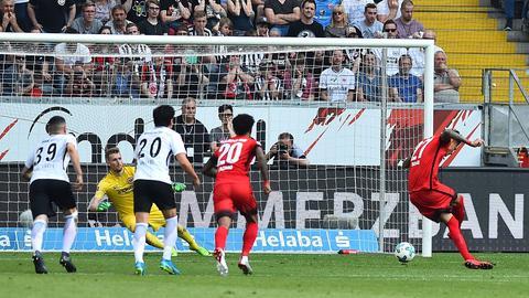 Elfmeter-Geschenk: Davie Selke verlädt Eintracht-Torhüter Lukas Hradecky.