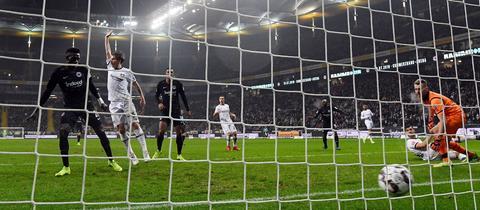 Da hilft auch der Reklamier-Arm nichts: Danny da Costa trifft zum 1:0 für Frankfurt.