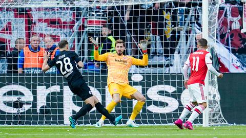 Londons Lucas Torreira (re.) scheitert an Eintracht-Torwart Kevin Trapp.