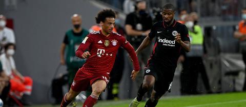 Almamy Touré von Eintracht Frankfurt (rechts) im Spiel bei Bayern München