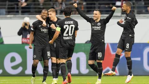 Almamy Toure (l.) und Kollegen feiern das 2:1 der Eintracht.