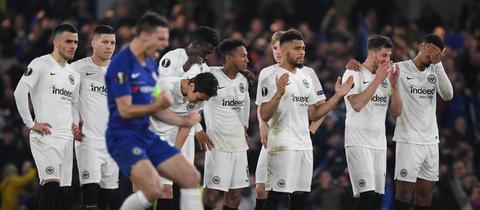 Während Chelseas Azpilicueta jubelt, versinken im Hintergrund die Frankfurter Profis in Trauer.
