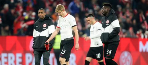 Hängende Köpfe bei den Frankfurter Fußballern nach dem 1:2 in Mainz.