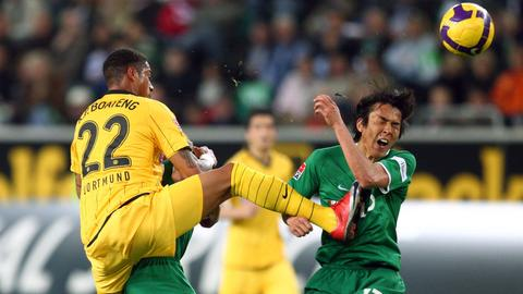Boateng trifft Hasebe im Gesicht