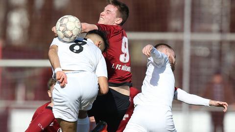 Kopfballduell zwischen Eintracht U19 und Nürnberg.