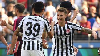 Die Eintracht-Spieler Varela und Mascarell jubeln.