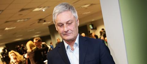Eintracht-Trainer Armin Veh verlässt die Pressekonferenz nach dem Spiel gegen Ingolstadt.