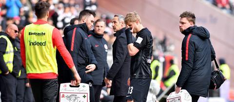 Martin Hinteregger muss gegen Augsburg verletzt raus.