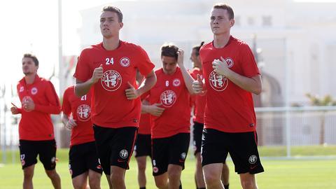 Die Eintracht-Youngster Waldschmidt und Rinderknecht rennen.