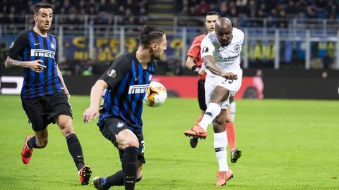 Jetro Willems zieht ab, die Inter-Spieler schauen nur hinterher.