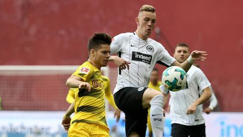 Szene aus dem Hinspiel: Der Frankfurter Wolf spitzelt den Ball vor Dortmunds Weigl weg.