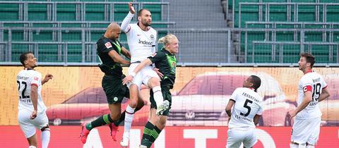 Voller Einsatz: Eintracht Frankfurt beim Spiel in Wolfsburg