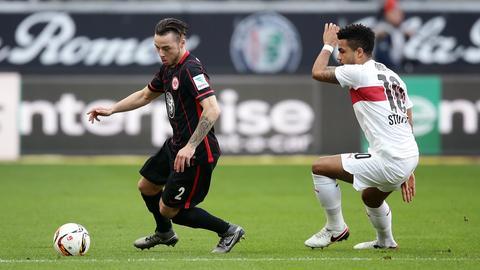 Yanni Regäsel behauptet den Ball gegen Stuttgarts Daniel Didavi.