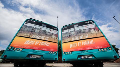 Zwei Linienbusse mit Werbung für die EM-Bewerbung