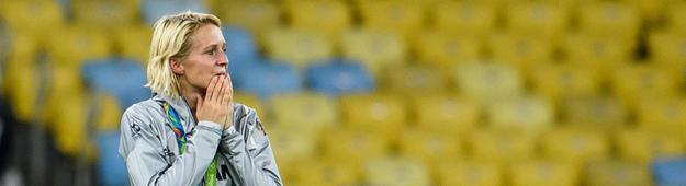 FFC-Spielerin Saskia Bartusiak steht nach dem Olympiasieg auf dem Rasen.