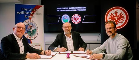 FFC-Manager Siegfried Dietrich, Präsident Peter Fischer und Sportvorstand Fredi Bobic haben den neuen Vertrag unterschrieben.