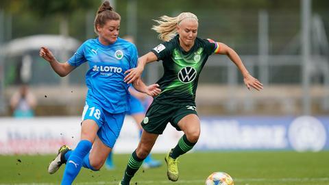 Verena Aschauer (links) vom FFC Frankfurt im Zweikampf mit Pernille Harder