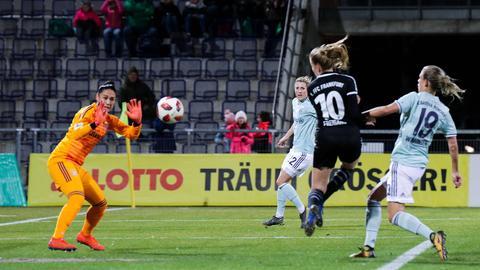 Laura Freigang köpft zum 1:2 aus Sicht der Frankfurterinnen ein.