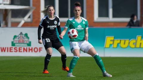 Bremens Cerci behauptet den Ball gegen Marith Prießen.