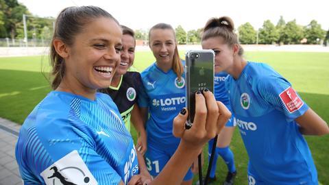 Spielerinnen des FFC Frankfurt machen ein Selfie