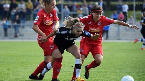 FFC-Spielerin Jackie Groenen im Duell mit zwei Kölnerinnen