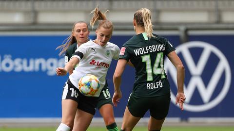 Hechler im Duell mit zwei VfL-Spielerinnen