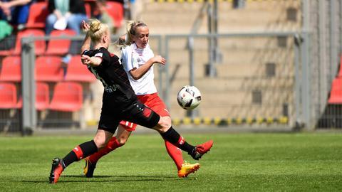 Islacker im Zweikampf mit einer Leverkusenerin