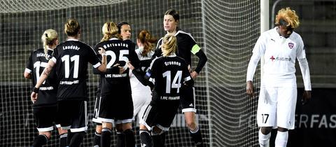 Spielerinnen des FFC jubeln mit Marozsan über ihr Elfmeter-Tor.